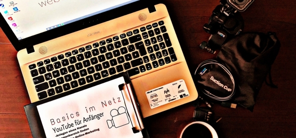 Meist reicht eine Kamera und ein Laptop zur Videobearbeitung aus, um brillante Videos für seinen eigenen Kanal zu erstellen.